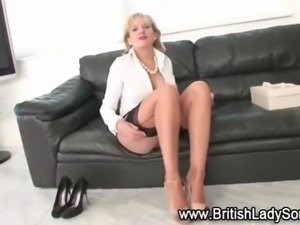 Lady Sonia goes to work on her clit solo