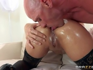Pornsharing.com the best videoclip : Gorgeous oiled up sexy Jynx Maze with...