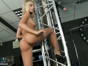 Blonde senora Erica Fontes has some time to play with herself on camera