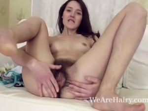 Lisa Carry strips and shows off her natural body