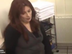 Junger Azubi bumst alte Chefin in der Umkleidekabine
