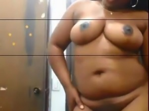 CURVY AFRICAN GIRL SHOWS OFF