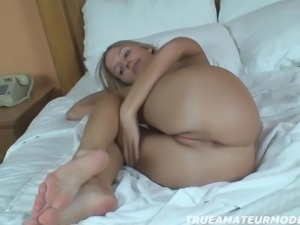 Amateur Blonde Teen Babe's Homemade Nude Modeling Shoot