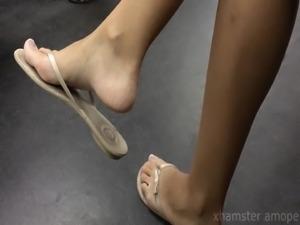 Candid teen foot flip flops dangling in subway