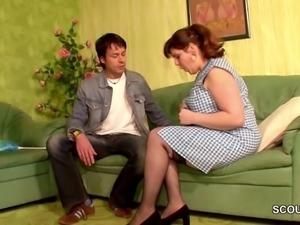 Unerfahrener Junge bitte seine Stief-Mutter um ersten Fick