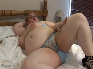 Chubby MILF doesn't mind being filmed during her naughty session