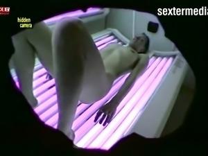 Haarige Pussy wixt unter der Sonnenbank - HiddenCam!