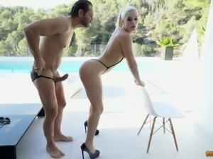Statuesque babe Blanche Bradburry gives up her hole for a good pounding