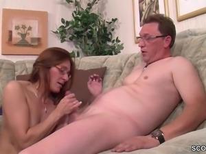 Mutter und Stief-Schwester helfen ihm bei seinem ersten Fick