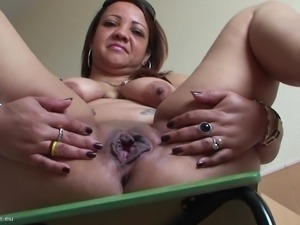 Sexy mature Patricia screwing her pussy using fine toy
