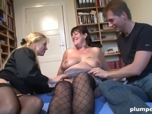 Fat babe with pierced nipples in a threeway with one more slut