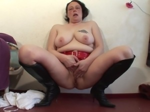 Curvy BBW with nice ass fingering her pussy lovely