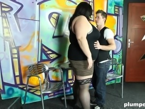 Smothering and hot pussy smashing with a plump chick Viktorie