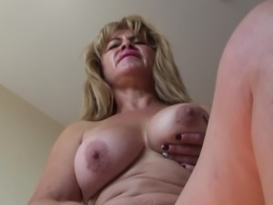 Fine ass mature granny drilling her sex hole using big toy