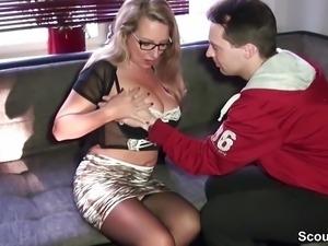 Milf macht Treuetest mit User und Frau guckt beim ficken zu