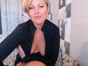 Mature mom showing deep cleavage while teasing on webcam