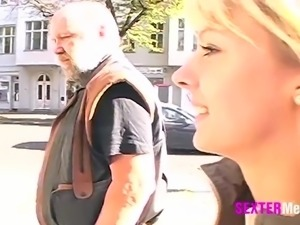 Obdachloser fickt Blondine