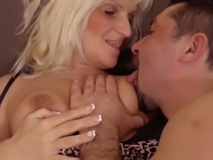 Amateur mature hooker in black stockings gets her bald mature cunt licked