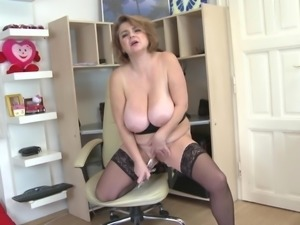 Chubby babe from Eastern Europe masturbates her stunning pussy