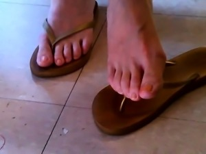 Gorgeous Asian girl flashes her sexy feet in a public place