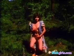 Flicka onanerar i skogen