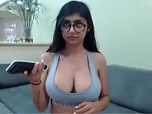 Mia Khalifa Shows Her Ass Live