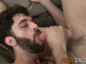 Muscled hunk rides dong