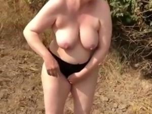 Aoehehure nackt suf dem acker outdoor